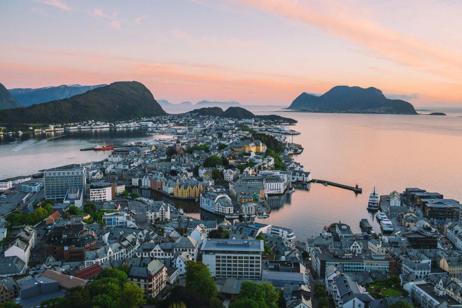 Uitzicht op Alesund vanaf uitkijkpunt Aksla (Foto: Samuel Taipale/visitnorway.com)