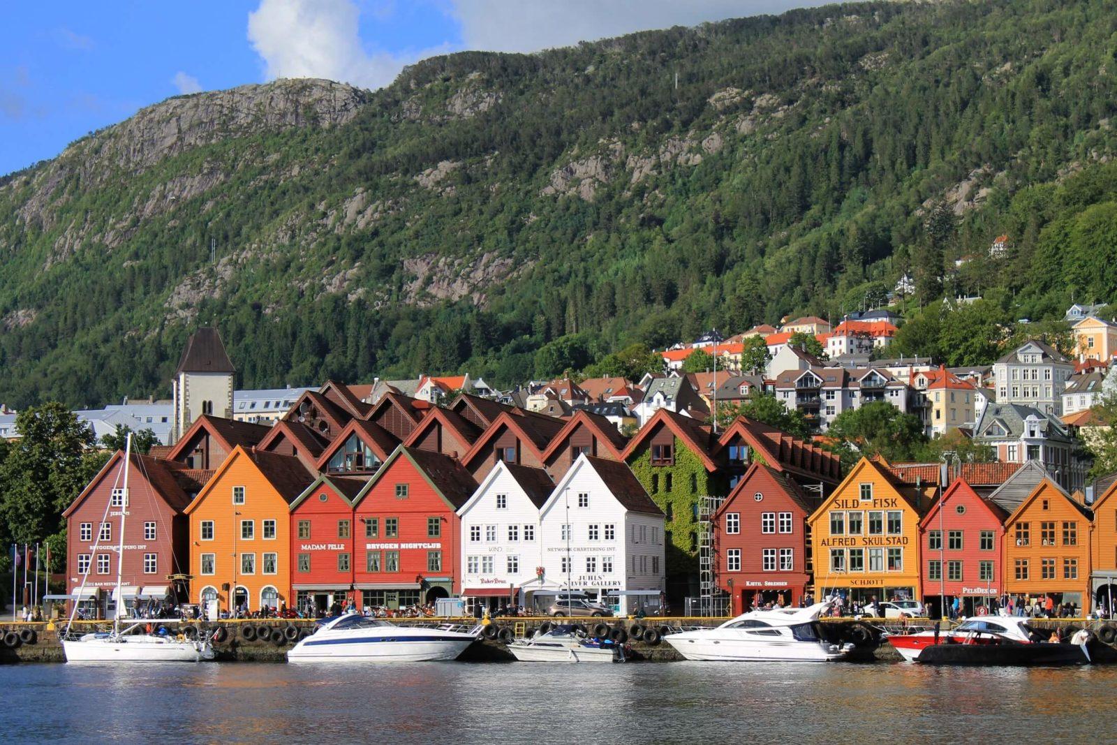 De bekende Hanzewerf Bryggen, Bergen (Foto: joaquinaristii/Foap/Visitnorway.com)